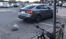 Foto: Invalīdu stāvvietās Rīgā un Ogrē piestāj lepni auto