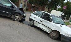 Foto: Skarba 'Chrysler' un 'Opel Astra' sadursme Cēsīs