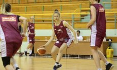 Foto: Latvijas sieviešu basketbola izlase sāk gatavošanos Rozā lentītes spēlei