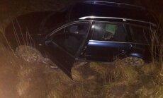 Avārija Koknesē: 'Audi' vadītājs grāvī ietriec automašīnu ar sievieti un bērnu