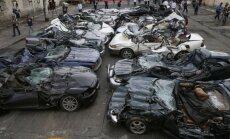 Foto: Filipīnās muitas gadadienu nosvin ar smalku auto saplacināšanu