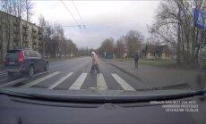 Video: 'Volvo' vadītājs ignorē gājēju pārejas