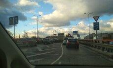 ФОТО: НА Южном мосту столкнулись несколько машин; LVC предупреждает об обледенении дорог