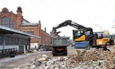 Foto: Dome sākusi demontēt Āgenskalna tirgus teritorijā esošos vecos kioskus