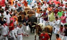 Pamplonas festivāla ceturtajā vēršu skrējienā trīs ievainotie