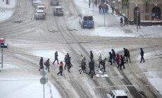 Snigšana turpinās visā Rīgā; kritiskākā situācija mazajās ieliņās