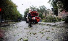 Brīdina par iespējamu milzu krusu, postošu vētru un virpuļviesuļiem