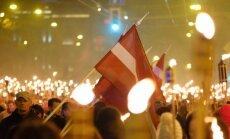 Foto un video: 18. novembra lāpu gājienā piedalās tūkstošiem cilvēku