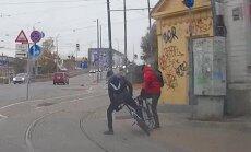 Video: Divi velosipēdisti nesadala Barona ielas jauno velojoslu