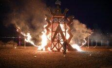 Foto: Ar īpašu ugunszīmju dedzināšanu Rīgā piemin Saules kauju