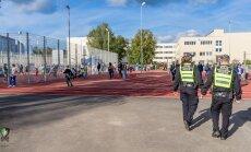 Rīgā vīrietis skurbulī iezogas skolas sporta stadionā un māca vingrot