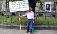 Foto: Vientuļš piketētājs pie Krievijas vēstniecības nosoda Latvijas okupāciju