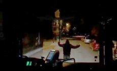 Video: Nakts dejotājs Vecmīlgrāvī bloķē autobusu