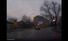 Video: Maldinoša bremzēšana un brauciens pie sarkanā luksofora signāla