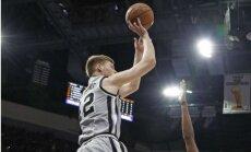 Bertāns ar lielisku precizitāti un 17 punktiem neglābj 'Spurs' no zaudējuma Ņūorleānā