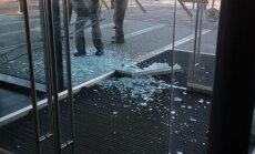 ФОТО: В главном здании СГД разбилась стеклянная дверь