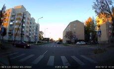 Video: Pārgalvis Daugavpilī ignorē zīmi 'Dodiet ceļu'