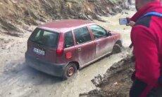 Video: Parasts 'Fiat' hečbeks apvidus auto sacensībās Slovākijā izbrauc džipu trasi