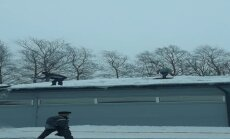 Video: Pārdrošie sniega tīrītāji uz veikala jumta Alūksnē