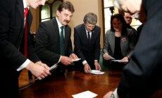 Sabojātās prezidenta vēlēšanu zīmes: deputātu versijas atšķiras