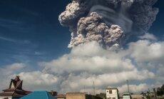 Foto: Masīvs vulkāna izvirdums Indonēzijā 'pārvērš dienu par nakti'