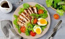 Gan sātīgām vakariņām, gan līdzņemšanai uz darbu: 14 vistas salātu receptes