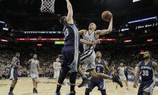 'Spurs' Bertāna debijā izslēgšanas spēlēs pārliecinoši sakauj 'Grizzlies'