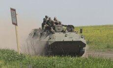 'Reuters' pie Ukrainas robežas novēro masīvu Krievijas spēku koncentrēšanos; tehnikai noņemti numuri, karavīriem uzšuves