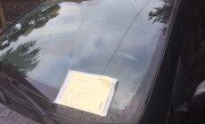 """Читатель: На улице Стабу водителей штрафуют за знак, который """"прячется"""" за деревом (дополнено)"""
