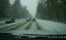 Video: Steidzīgs autovadītājs Jūrmalā uz tilta apdzen lēnīgo