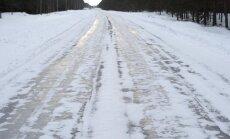 Sniegs un apledojums teju visā Latvijā apgrūtina braukšanu