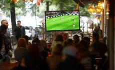 """Полиция """"накрыла"""" юрмальские заведения, нелегально транслировавшие футбол"""