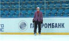 Video: 'Avotmobiļist' treneris izpilda solījumu un treniņu vada rozā žaketē