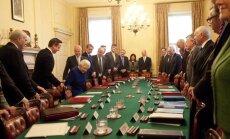 Lielbritānijas karaliene pirmo reizi piedalās valdības sēdē