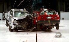 Video: Frontālā sadursme starp jaunu un 25 gadus vecu automobili