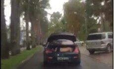 Policija sodīs personu, kuras auto bagāžniekā tika pārvadāts kails vīrietis