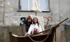 Iespējams tikai Krievijā: pirātu kāzas blokmājas pagalmā