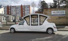 Foto: Kauguros novērots ērmīgs kāzu limuzīns karietes formā