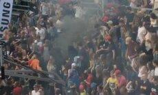 ФОТО, ВИДЕО: На мероприятии в Риге петарда попала в толпу, пострадал один человек