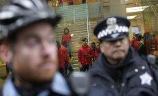 Čikāgā aiztur vīrieti par mobilo tālruņu slāpēšanu vilcienā