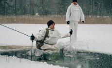 Foto: Latvijas karavīri māca amerikāņiem glābt ledū ielūzušos