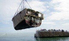 Uz aizsargājamā koraļļu rifa uzskrējušais ASV karakuģis sagriezts gabalos