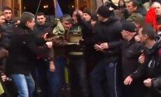 Video: Harkovā no administrācijas ēkas izved Maidana atbalstītājus