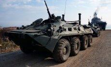 Video: Krievijā gubernatoru kandidātus māca šaut un gulties zem BTR
