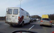 Uz Ventspils šosejas izveidojies sastrēgums; auto rinda arī uz iebraukšanu Jūrmalā