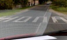 """ВИДЕО: В Риге хулиганы превратили """"зебру"""" в слово из четырех букв"""
