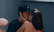 Mīlas pilni kadri: Neimars kaislīgi skūpsta mīļoto modeli