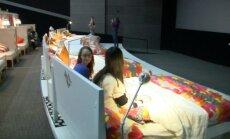 Video: Kino Krievijā sēdvietas aizstāj ar gultām
