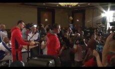 Video: Vladimira Kļičko preses konferencē negaidīti ierodas Brigss un aicina viņu uz cīņu