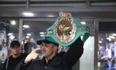 Foto: WBC čempionu Briedi fani ar ovācijām sagaida lidostā 'Rīga'